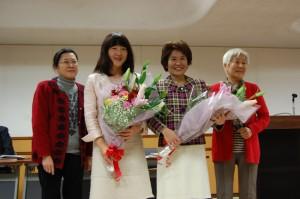 141217_決起集会で花束を受け取る奥田、梅村